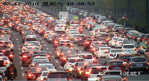 这下尴尬了 大量游客涌进自贡观灯致交通瘫痪