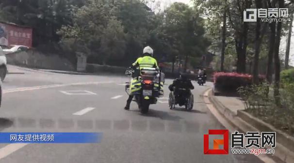 [v]9旬大爷把电动轮椅开上路中央 骑警缓行1公里护送回家