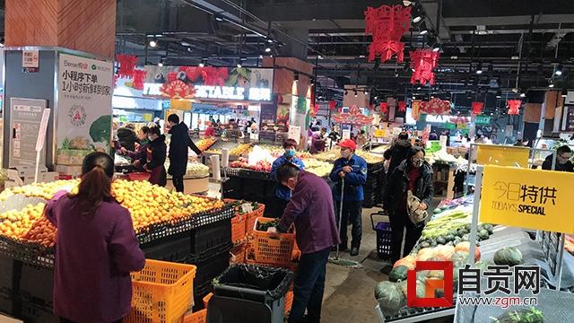 自贡:超市货品丰富 市民正常采购