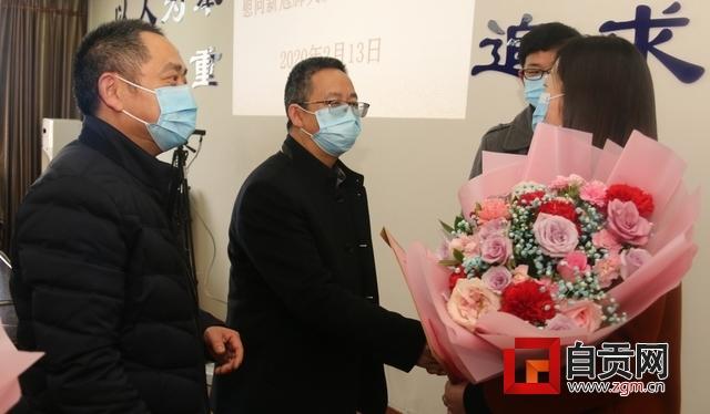 自贡市精神卫生中心领导班子看望慰问援湖北医疗队队员家属.JPG