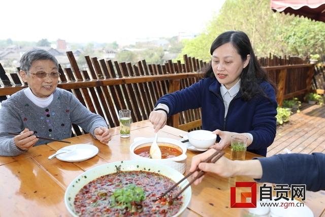 区委书记黄劲及家人在餐馆就餐1.JPG