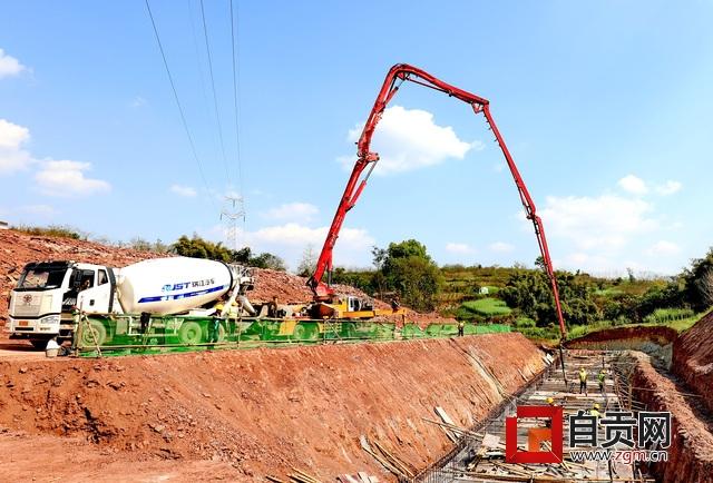 自贡北环快速通道大型涵洞浇筑,摄影李小华.jpg